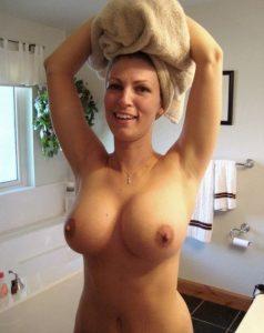 Femme nue en photo exhibe sur le 55